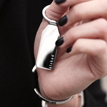 """Exklusiv nyckelring med text """"älskad"""", stål"""
