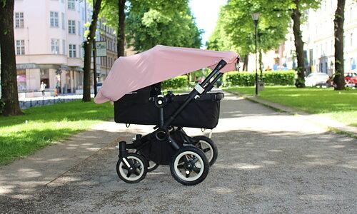 Multi-use UV Filt med tryckknappar UV-filten kan fästas på oändligt många sätt, exempelvis på barnvagnen, bärselen, som solskyddstak mellan två stolar eller användas som amningsfilt.