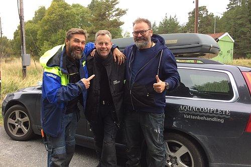 """Aqua Complete hjälper """"Arga Snickaren"""". Daniel Widholm installerar vattenfilter i tv-serien """"Arga Snickaren"""". På bild Magnus Kvaernå, Daniel Widholm & Adam Alsing."""