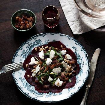 Rödbetscarpaccio med getost och knaperstekt pancetta