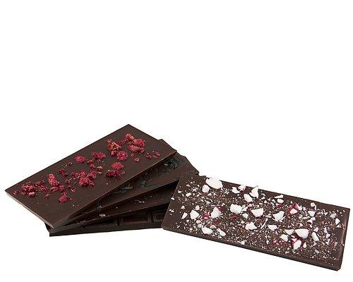 Handgjorda chokladkakor Egentillverkade chokadkakor toppade med bär och annat gott.