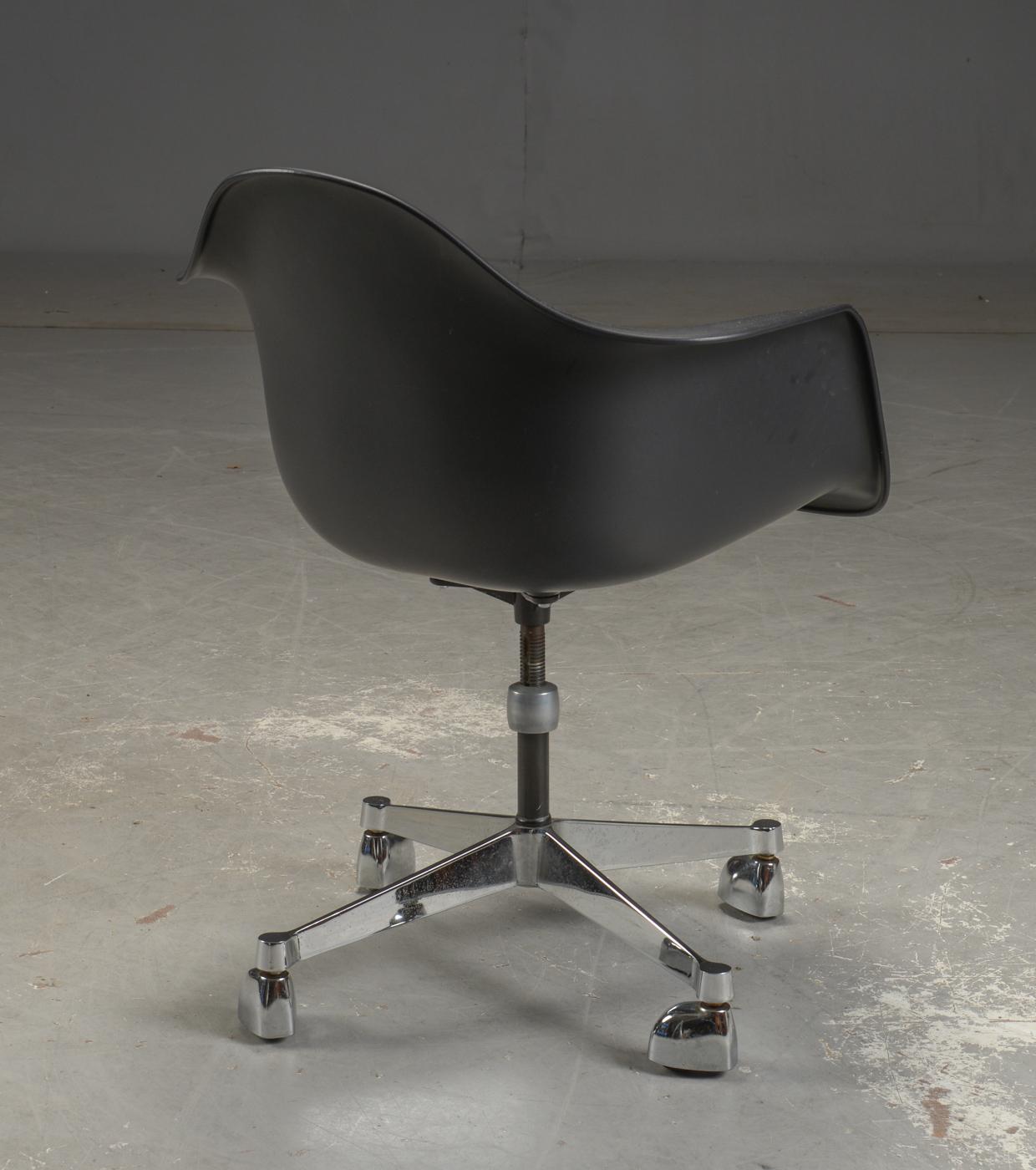 Eames Bureaustoel Tweedehands.Bureaustoel Vitra Pacc Ontwerp Charles Ray Eames