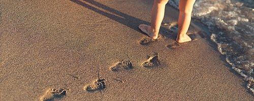 Bebisens små händer och fötter växer nästan vemodigt fort.... VI HJÄLPER ER BEVARA AVTRYCKEN I PORSLINSGIPS, KERAMIK eller KRISTALLGLAS